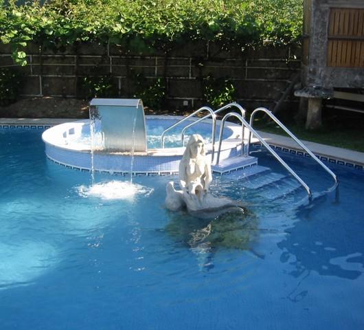 Piscina de exterior con jacuzzi y cascada piscinas fraiz for Mantenimiento jacuzzi exterior